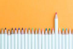 Barwi ołówek w rzędzie z stoi za menchiach jeden używać jako indywidualna twórczość, przywódctwo lub lidera pomysł, kobiecy i kob zdjęcia royalty free