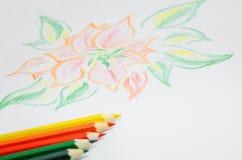 Barwi ołówki i prześcieradło papier z obrazkiem zdjęcia stock