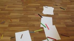 Barwi ołówki, markiery i pióra spadają podłoga zbiory wideo