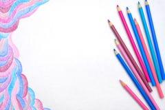 Barwi ołówki na białym tle z abstrakcjonistycznym obrazkiem Obrazy Royalty Free