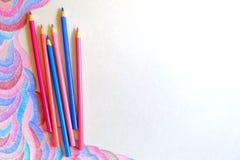 Barwi ołówki na białym tle z abstrakcjonistycznym obrazkiem Obrazy Stock