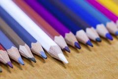 Barwi ołówki z rzędu, jeden ołówkowy stawiający naprzód mała głębia ciętość obrazy stock