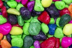 Barwi skałę dla dekoraci wnętrza, ogród, akwarium pudełko Jaskrawi kolorowi kamienie używają dekorować akwarium obrazy royalty free