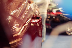 Barwi szczegół czerwona samochodowa drzwiowa rękojeść, Obrazy Royalty Free