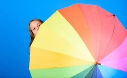 Barwi Twój życie Dziewczyny rozochocona kryjówka za parasolem Kolorowy parasolowy akcesorium Prognozy pogody pojęcie pobyt obrazy stock