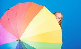 Barwi Tw?j ?ycie Dziewczyny rozochocona kryj?wka za parasolem Kolorowy parasolowy akcesorium Prognozy pogody poj?cie pobyt zdjęcie stock