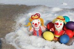 Barwi Wielkanocnych jajka z zabawkarską postacią mały mężczyzna Zdjęcia Stock