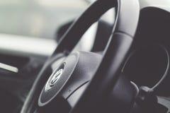Barwi wizerunek kierownica wśrodku samochodu zdjęcie royalty free