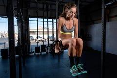 Barwi wizerunek sportowa kobieta w gym pracującym out Obrazy Royalty Free