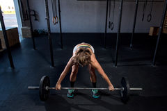Barwi wizerunek sportowa kobieta w gym pracującym out Obraz Royalty Free