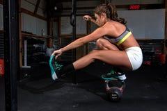 Barwi wizerunek sportowa kobieta w gym pracującym out Zdjęcia Royalty Free