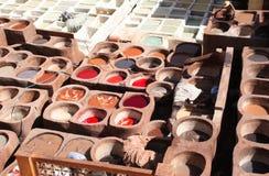 Barwienie skóra w tradycyjnej garbarni, Fes, Maroko Fotografia Royalty Free