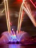 Barwiona fontanna i kolorowi fajerwerki Zdjęcia Stock