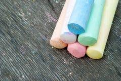 Barwiona kreda dla rysować na drewnianym tle zdjęcia royalty free