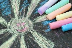 Barwiona kreda dla rysować na drewnianym tle fotografia stock