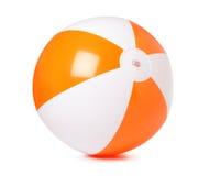 Barwiona nadmuchiwana plażowa piłka na bielu obraz royalty free