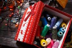 Barwiona nić w Bożenarodzeniowym pudełku lub nowym roku Fotografia Royalty Free