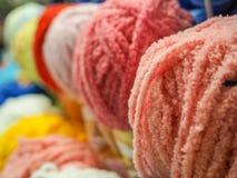 Barwiona przędza piłki barwiąca przędza hobby wielu ludzi robi na drutach przędzy Zdjęcia Royalty Free
