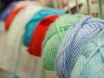 Barwiona przędza piłki barwiąca przędza hobby wielu ludzi robi na drutach przędzy Obrazy Royalty Free