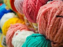 Barwiona przędza piłki barwiąca przędza hobby wielu ludzi robi na drutach przędzy Zdjęcia Stock