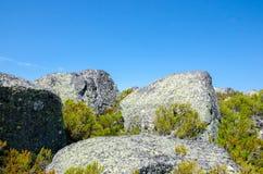Barwiona skała, sposób dziury Covoa dos Conchos, Serra da Estrela, P Zdjęcia Stock