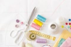 Barwiona szwalna nić, dostawy dla szwalnej maszyny na bielu Obraz Royalty Free