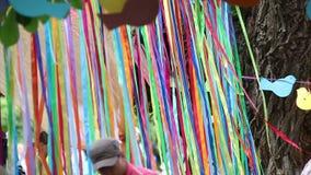 Barwiona taśma trzepocze blisko drzewa dekoracje zbiory wideo