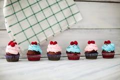 Barwione babeczki słodkie Zdjęcia Royalty Free