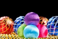 Barwione boże narodzenie piłki na ciemnym tle Zdjęcia Stock