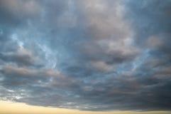 Barwione chmury przy zmierzchem Obrazy Stock