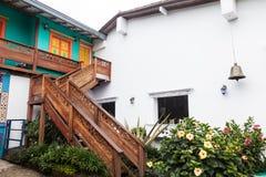 Barwione fasady w kolumbijskim miasteczku Fotografia Stock