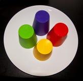 Barwione filiżanki na talerzu, Obrazy Stock