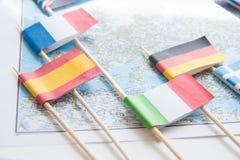 Barwione flaga kraje europejscy na mapie: Francja, Włochy, Anglia UK, Hiszpania, Grecja, podróży miejsca przeznaczenia planistycz fotografia stock