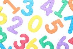 Barwione liczby na białym tle pojęcie szkoła Dziecko uczy się liczyć zdjęcie stock