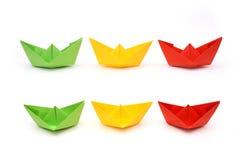Barwione papierowe łodzie, origami Zieleni, koloru żółtego i czerwieni papier, obraz royalty free