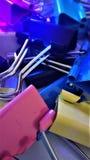 Barwione papierowe klamerki pod promieniami pozafioletowy makro- zbli?enie dla t?a fotografia stock