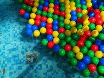 Barwione piłki unosi się na wodzie zdjęcia royalty free