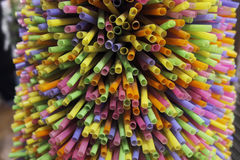 Barwione plastikowe pije słoma Zdjęcia Stock