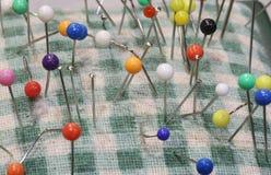 Barwione szpilki dla szyć wtykam na pincushion zdjęcie royalty free