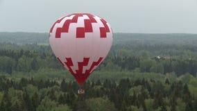 Barwioni balony lata nad lasem i chałupami zbiory