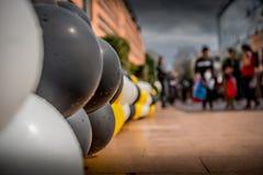 Barwioni balony wykładają footpath Obrazy Stock