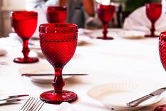 Barwioni czerwoni matte szkła na stole Zamazani ludzie na tle Zdjęcie Royalty Free