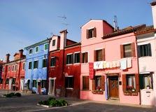 Barwioni domy w Burano w zarządzie miasta Wenecja w Włochy Fotografia Stock