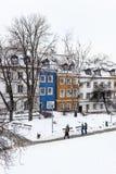 Barwioni domy w Warsaw starym miasteczku po śnieżnej burzy w zimie, kolorowe powierzchowność przeciw białemu śniegowi Zdjęcia Royalty Free