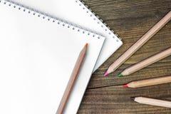 Barwioni drewniani ołówki Obrazy Stock