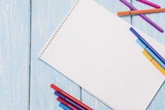 Barwioni filc pióra i prześcieradło biały papier Zdjęcia Stock