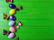 Barwioni jajka na białym drewnianym textured tle z fadingiem Obraz Royalty Free