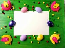 Barwioni jajka na białym drewnianym textured tle z fadingiem Zdjęcia Royalty Free