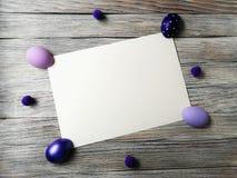 Barwioni jajka na białym drewnianym textured tle z fadingiem Zdjęcia Stock