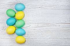 Barwioni jajka na białym drewnianym tle Obrazy Stock